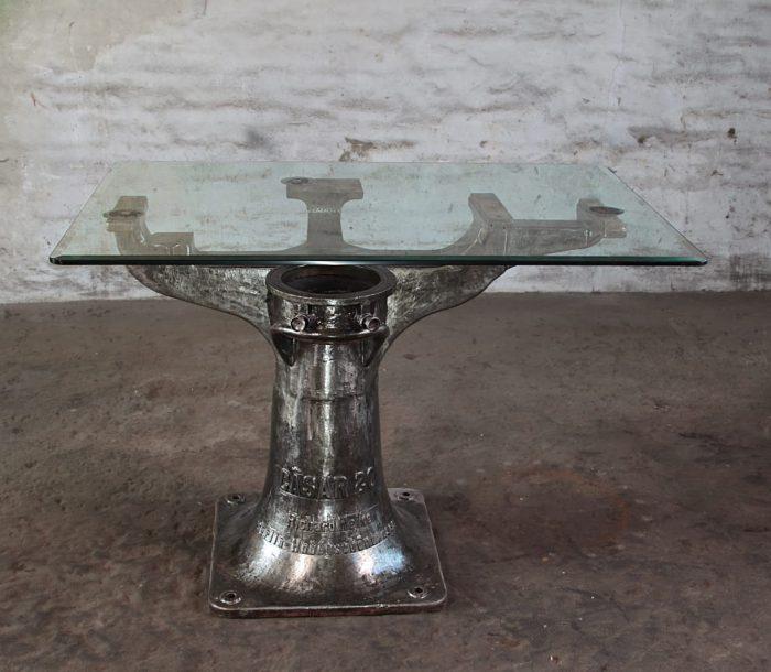 Glastisch mit Eisenfuß